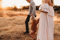 What to Wear / Vintage Flowy Maternity Outdoor Maternity Photos, Family Maternity Photos, Maternity Pictures, Pregnancy Photos, Vintage Maternity Photos, Bohemian Maternity Photos, Family Photos, Maternity Photography Poses, Maternity Poses