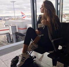 "Chica esperando en el aeropuerto The power of attraction can be stronger than the deterrent capabilities <a href=""https://hembra.club/category/beach-lifestyle"">Sexual attraction</a>"