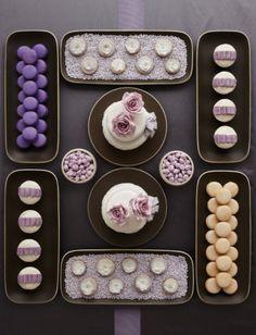 Leckereien kunstvoll inszeniert auf dem Hochzeit Dessert Tisch