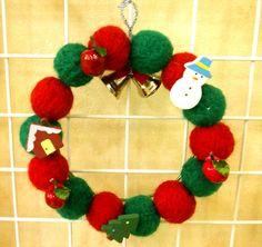 赤と緑の羊毛フェルトで球を作り、つなげてリースにしました。リンゴとクリスマス系のpop付きのリースです。心がわくわく楽しくなるリースを!と作りました。サンタさ...|ハンドメイド、手作り、手仕事品の通販・販売・購入ならCreema。