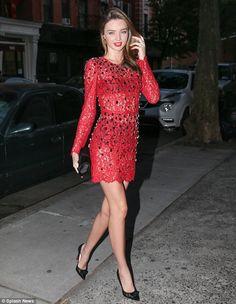 Miranda andando tranquilamente por NY com seu vestido rendado Dolce & Gabbana