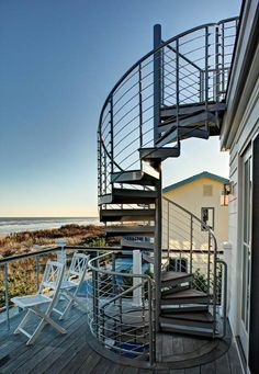 un escalier extérieur en colimaçon et métallique