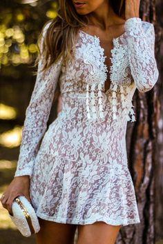 Lindo vestido de renda branco! White Lace Plunging Neck Mini Dress