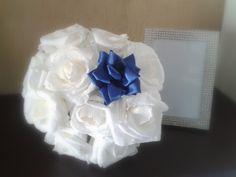 Bouquet realizzato interamente a mano con rose in carta crespa bianche e fiore in doppio raso blu. Bouquet, Hanukkah, Wreaths, Home Decor, Curly, Decoration Home, Room Decor, Bouquets, Interior Decorating