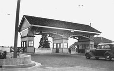Toll-gate at the Kangaroo Point end of the Story Bridge,Brisbane in Queensland in the 🇭🇲 Brisbane River, Brisbane Gold Coast, Brisbane Queensland, Queensland Australia, Aussie Australia, Bridge Construction, Local History, Old Photos, Vintage Photos