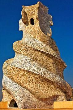 """""""La belleza es el resplandor de la verdad, y como que el arte es belleza, sin verdad no hay arte"""" GAUDÍ  Antoni Gaudí i Cornet (Reus o Riudoms, 25 de junio de 1852 – Barcelona, 10 de junio de 1926) fue un arquitecto español, máximo representante del modernismo catalán. Gaudí fue un arquitecto con un sentido innato de la geometría y el volumen, así como una gran capacidad imaginativa que le permitía proyectar mentalmente la mayoría de sus obras antes de pasarlas a planos. De hecho, pocas…"""