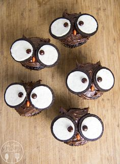 11 Insanely Easy DIY Cupcakes That You Can't Wait to Make - XO, Katie Rosario cupcakes anniversaire decoration licorne noël recette recipes cupcakes Halloween Cupcakes, Halloween Cookies Decorated, Halloween Desserts, Halloween Chocolate, Christmas Cupcakes, Christmas Desserts, Halloween Treats, Oreo Cupcakes, Lion Cupcakes