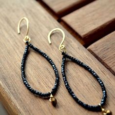 The refined and unexpected look of the black sands will grace your look with these beachy earrings. Seed Bead Jewelry, Wire Jewelry, Beaded Jewelry, Jewelery, Jewelry Findings, Diy Jewellery, Diamond Jewelry, Silver Jewelry, Diy Schmuck