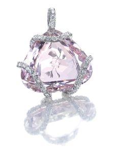 いいね!228件、コメント9件 ― J.E. Obloyさん(@jeobloy)のInstagramアカウント: 「A portrait-cut diamond covers an engraved morganite bearing a floral motif, set in a stylized…」