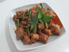 Pad Phrik Kaeng kra dook mu , la ricetta thai per le costolette di maiale al curry - http://www.provarciegratis.com/cucina-thailandese/ricette-cucina-thai/costolette-di-maiale-al-curry/ - by  Pier Sottojox -  #costolettedimaialealcurry #cucinathai #maialealcurry #PadPhrikKaeng #PadPhrikKaengkradookmu #piattithaiconmaiale