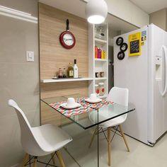 Cozinha básica , simples e funcional mas que amamos. A cadeira Eames Eiffel com pés palito é uma ótima opção pra quem quer dar uma carinha nova a cozinha sem gastar tanto ❤️✨| Projeto Unio Arquitetura #decoredecor #somosconteudo_ DECOREDECOR | STYLE | BASIC