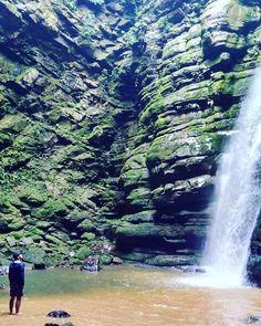 Paisagem do dia! Buraco do Padre, furna ao lado do Parque Estadual de Vila Velha, em Ponta Grossa, PR #brasil #brazil #brasilbioma #instapics #naturephotography #tbt #wonderful #cachoeira #waterfall #agua #water #verde #green #preserve #furna #arenito