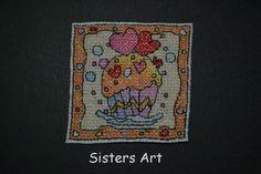"Calamita ""Cupcake Hearts"" ricamata a punto croce, by Sisters Art, in vendita su http://www.misshobby.com/it/negozi/sisters-art"
