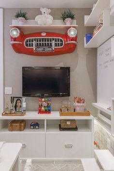 A arquiteta Alessandra Braggion pensou em um espaço para os pequenos fascinados por carros, resultando em um ambiente lúdico, que favorece o desenvolvimento saudável. Entre os lançamentos está a cama casinha Lille: com linhas retas e simples, combina tanto para o menino quanto para a menina.