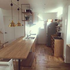 女性で、3LDKのinstagram→home13.emi/お気に入りの場所/吊り戸棚/無垢材…などについてのインテリア実例を紹介。「キッチンからダイニングに繋がるテーブル。一枚板でずどーんと。 キッチンは一段下げて空間の使い方がとてもお気に入り(o^^o)」(この写真は 2016-03-23 14:26:11 に共有されました)