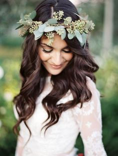 Beautiful wavy locks with green leafy crown. Photo: Rachel Solomon, Via Wedding Sparrow