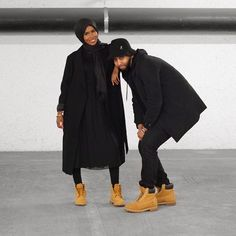 Love Black and Tims! Pic via: by eveianglam Modern Hijab Fashion, Muslim Fashion, Modest Fashion, Abaya Fashion, Cute Muslim Couples, Cute Couples, Muslim Couple Photography, Photography Poses, Wedding Photography