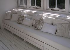 nice wooden couch with lots of pillows, nice reading place! Pallet Bank, Pallet Lounge, Wooden Couch, Wooden Storage Bench, Cosy Kitchen, Pallet Tv Stands, Chill Room, Dining Table With Bench, Window Benches