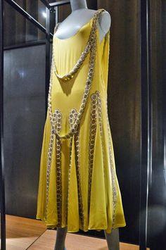 """Vestido """"Lesbos"""", 1925. Patrimônio Lanvin . Alain R. Truong   Este modelo entre """"Mil e Uma Noites"""", """"Duse"""", """"Prelúdio"""", """"A Cavallini"""" exposto no Pavilhão Elegance em 1925, é a quintessencia do estilo Lanvin. Aqui um vestido-bijoux, com dois galões bordados livres formando um colar de duas voltas.  http://gabineted.blogspot.com.br/2015/03/jeanne-lanvin.html  O Palais Galliera, em estreita colaboração com Alber Elbaz, diretor artístico da Maison Lanvin, comemora a mais antiga casa de alta…"""