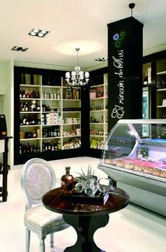 La Floridita, tienda delicatessen en Cerdanyola del Vallés, zona de exposición de bebidas y degustación