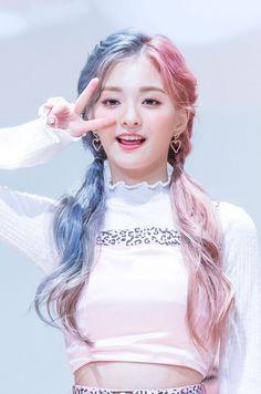 Kpop Girl Groups, Korean Girl Groups, Kpop Girls, Cute Korean Girl, Asian Girl, Cute Girls, Cool Girl, Half And Half Hair, Loona Kim Lip
