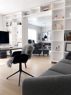 Væg-til-væg-bogreol: Så let at det at bygge din egen - - lovely pins Wall Bookshelves, Bookcase, Built In Furniture, Small Living Rooms, Classic House, Home Goods, Room Decor, Interior Design, Loft Style
