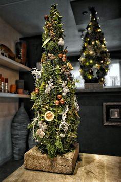 Bloemschikkenroosendaal – Workshops in Roosendaal Small Christmas Trees, Christmas Flowers, Natural Christmas, Green Christmas, Xmas Tree, Christmas Tree Decorations, Christmas Home, Christmas Crafts, Christmas Ornaments