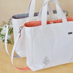 今回の2Wayバッグはこの2色。オレンジとグレー。 並べるとなんだか和風な感じがしてくる。朱と墨を連想してしまうからかな?