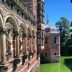 sir_ryl Something needs to be done about that green water... #Frederiksborg #Denmark #Scandinavia #castle #buildinglovers #nature #worldunion #wu_europe #wonderful_places #postcardsfromtheworld #Hillerod #mytravelgram #keydestination #worldplaces #amazing #visitdenmark #ig_denmark #citybestpics