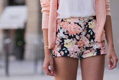 Florals and pastels always make a perfect outfit!! Me encanta la combinación con unas sandalias planas tipo esclavas!!
