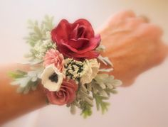 Who Wears Flowers at Wedding Prom Corsage And Boutonniere, Corsage Wedding, Bridesmaid Bouquet, Wedding Bouquets, Corsage Formal, Wrist Corsage, Wrist Flowers, Prom Flowers, Wedding Flowers