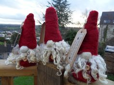 I have made these cute little Santa's by both wet felting and needle felting. Father Christmas, Felt Christmas, Wet Felting, Needle Felting, Felting Tutorials, Felt Dolls, Scandinavian Style, Holiday Crafts, Christmas Decorations