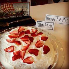 Norwegian strawberries and cream cake. (Blotkake).