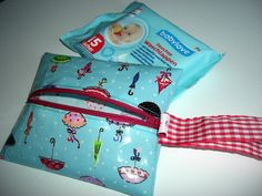 Wachstuch selbermachen (Anleitung – Feuchttuchtasche) Today you get as promised an easy-peasy tutorial for the holiday – or for comfort, if you are not a holiday 😉 Mrs. Sewing For Kids, Baby Sewing, Free Sewing, Diy For Kids, Sewing Hacks, Sewing Tutorials, Sewing Crafts, Sewing Projects, Nursery Patterns