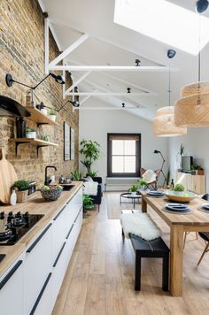 Une maison londonienne rénovée par une designer - PLANETE DECO a homes world - Expolore the best and the special ideas about Decorating kitchen Cozy Kitchen, Kitchen Decor, Open Kitchen, Casa Loft, Small Apartment Kitchen, Black Countertops, London House, Piece A Vivre, Interior Design Kitchen
