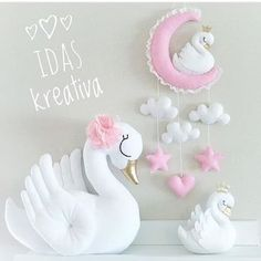 ✨Made to order✨Handsewn small bookshelf Swan by IdasKreativa Baby Crafts, Felt Crafts, Diy And Crafts, Felt Mobile, Baby Mobile, Sewing Toys, Baby Sewing, Felt Patterns, Felt Fabric