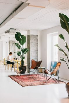 This Barcelona co-working space by MESURA is a delightful expression of what can be achieved when combining simple design elements and good space planning. Coworking Space, Building Columns, Black Painted Walls, Co Working, Butterfly Chair, Office Interiors, Interior Design Inspiration, Home Design, Loft
