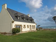 Vakantiehuis met panoramazicht op zee in Frankrijk. Style At Home, Villa, Mansions, House Styles, Saint, Home Decor, Brittany, Terrace, Cottage House