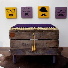 Dit bankje is met de hand gemaakt door twee enthousiaste creatieve ondernemers van Hebbe & Houwe. Het is gemaakt van een fruitkist en reststukjes stof. Elk product is echt uniek.