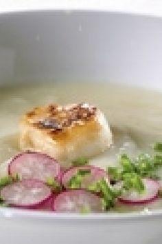 Blomkålssuppe med kammuslinger, purløg og radiser | SØNDAG Camembert Cheese, Panna Cotta, Soup, Ethnic Recipes, Dulce De Leche, Soups