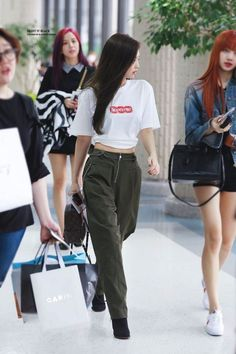Blackpink Jennie (amo o estilo dela) Korean Fashion Kpop, Korean Fashion Winter, Kpop Fashion Outfits, Blackpink Fashion, Korean Fashion Casual, Korean Street Fashion, Summer Fashion Trends, Korean Outfits, Fashion Menswear