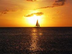 #Segelboot im #Abendrot in der Nähe von #Aruba  Little #boat in front of the #sunset, #Aruba    © Wikipedia