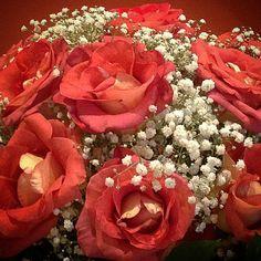 """""""Rosas e Gypsophilas sempre uma linda combinação! Florida noite! ✨✨✨✨✨✨ #goodnight #flowers #roses #gypsophilas #arrangement #florist…"""""""
