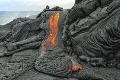 """40. Ríos de lava bajo mis pies. Caminar sobre la frágil cubierta de lava casi recién enfriada, hace rememorar algunas de las mejores escenas del increíble """"Viaje al centro de la Tierra"""" de Julio Verne. El volcán activo Kilauea, en Hawai, permite disfrutar de esta visión de la fluidez de lava, aunque alcanzarlo requiera algo de esfuerzo y una buena caminada, pero la experiencia es única. #FotoViajes"""