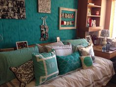 And, the final version of my daughter's Chitwood Texas Tech dorm room. She still needs to febreeze the fabric on the wall but I think it looks very nice. Dorm Room Styles, Dorm Room Designs, Texas Tech Dorm, Dorm Layout, Dorm Life, College Life, Dormitory, College Dorm Rooms, Small Spaces