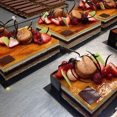 "Massinis a dojo! El nostre Massini està elaborat amb bescuit de xocolata, nata, bescuit ""cuillère"" i ganache de xocolata.  Massini cake made of chocolate sponge cake, whipped cream, ""cuillère"" cake and chocolate ganache."