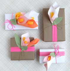 Adorna tus regalos con flores de papel y cinta de neón, via blog.fiestafacil.com / Decorate your gifts with paper flowers and neon tape, via blog.fiestafacil.com