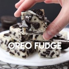 Oreo Fudge whips up fast, with only 3 ingredients! Perfect for Christmas neighbor plates!This Oreo Fudge whips up fast, with only 3 ingredients! Perfect for Christmas neighbor plates! Easy Desserts, Delicious Desserts, Yummy Food, Oreo Desserts, Baking Desserts, Oreo Treats, Birthday Desserts, Tasty Snacks, Homemade Desserts