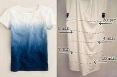 A foto da direita mostra o tempo que você precisa deixar a camiseta no molho com a tinta para criar o efeito degradê. Note que é possível fazer um presente super personalizado em 10 minutos.Aqui tem um tutorial de como fazer.