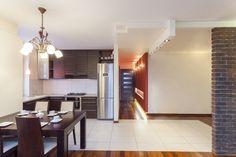 Cuando una habitación como la cocina es muy pequeña, una buena idea es tumbar algunas paredes para abrir los espacios y que estos parezcan más amplios.